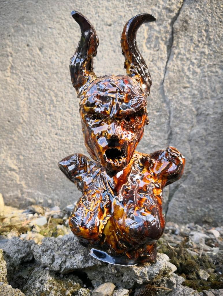FIGHTING BACK, Sculpture en argile de Cathy Yersin